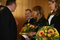 Kimberly und Sabine werden von Günter Schwedes für die Erfolge des Jahres 2009 beglückwünscht