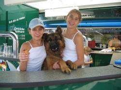 Jill mit Freundin Steffi und Bruno beim Bierzapfen
