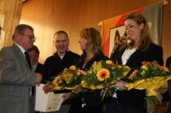 Sabine bekommt das SV-Jugend-Förderungsertifikat verliehen