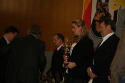Kimberly nimmt im Name von Jill den Preis für Ilonka Blue-Iris als best gezüchtete Hündin der LG 08 2009 entgegen